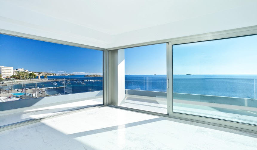 Glass windows, asking and giving Ibiza, TheFeel's holistic vitality program.
