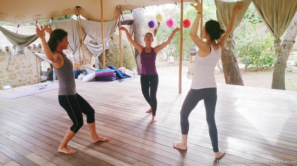 Zenmax energizing intermezzos, eagle exercise at Afkes magic parents and kids yoga retreat Ibiza